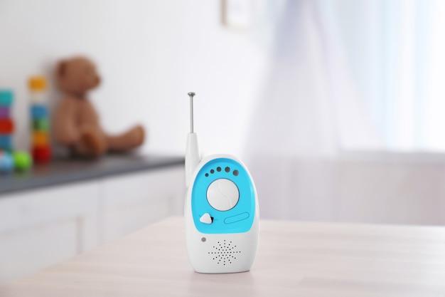 방에있는 테이블에 아기 모니터입니다. 라디오 유모