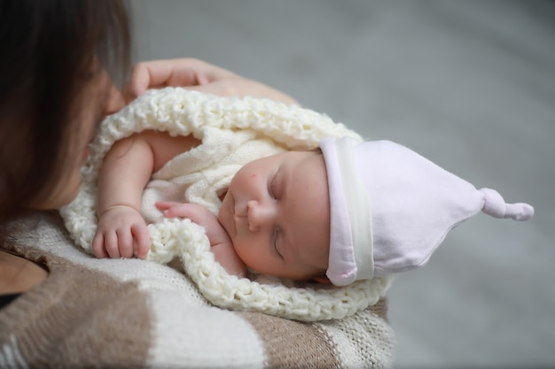 暖かい毛布に包まれて眠っている赤ちゃんの新生児