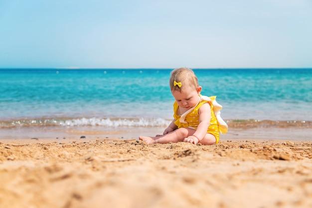 海の近くのビーチで赤ちゃん