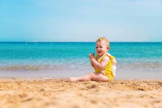 海の近くのビーチで赤ちゃん Premium写真