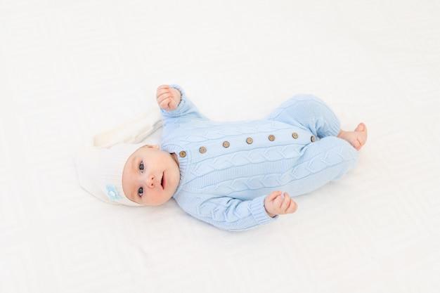 잠자는 모자에 침대에 아기입니다. 어린이용 섬유 및 침구. 아기의 아침