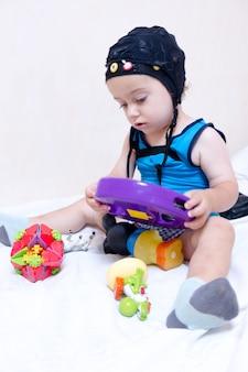 Ребенок-пациент играет в постели во время обследования eeg fullhd fps