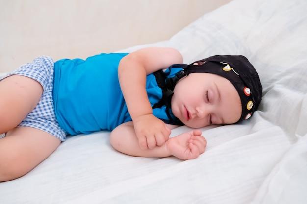 Ребенок-пациент спит в постели во время обследования eeg