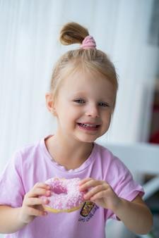 ピンクのドーナツで赤ちゃんの写真撮影