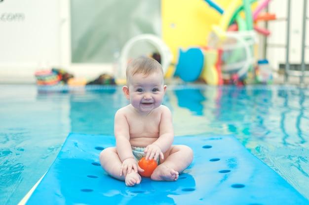 Ребенок играет в бассейне