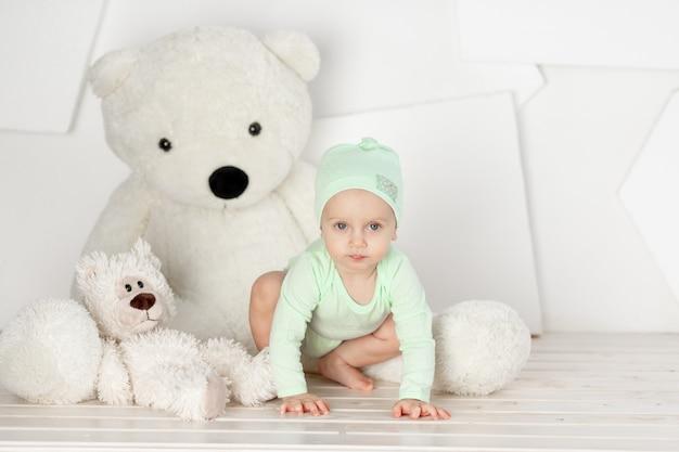 밝은 방, 어린이 놀이 및 레저 개념에서 집에서 큰 곰 인형을 가지고 노는 아기