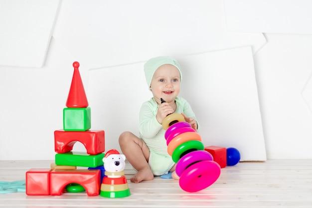 自宅の子供部屋でおもちゃで遊ぶ赤ちゃん、幼児の発達と余暇の概念