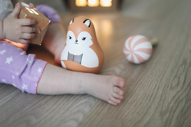 나무 장난감을 가지고 노는 아기