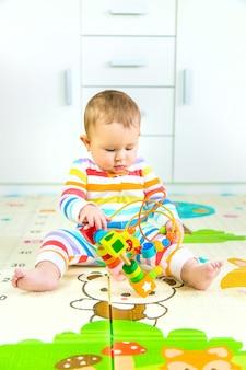 아기가 교육용 장난감을 가지고 놀아요. 선택적 초점. 아이.