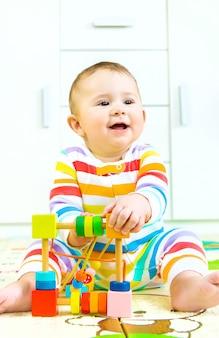 Ребенок играет с развивающей игрушкой. выборочный фокус. ребенок.