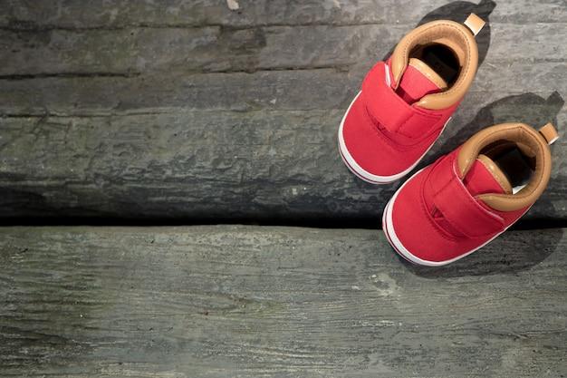 赤ちゃん赤い靴の木の床