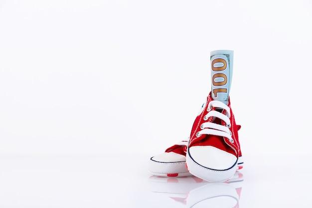Детские красные кроссовки, изолированные на белом фоне. магазин детской обуви. скопируйте пространство.