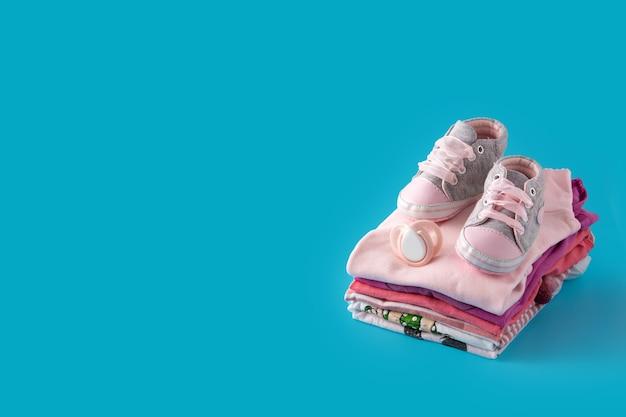 파란색 표면에 아기 장난 꾸러기 및 아기 신발