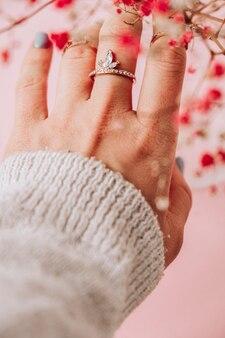 아기의 숨결. 제안. 보석 반지와 여자의 손입니다. 보석과 럭셔리 컨셉입니다. 세련 된 액세서리와 함께 아름 다운 여자입니다. 식물 미학. 핑크 파스텔 색상