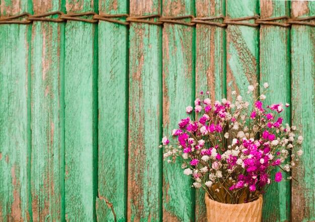木製のシャッターの背景にピンクのbaby's-breathの花