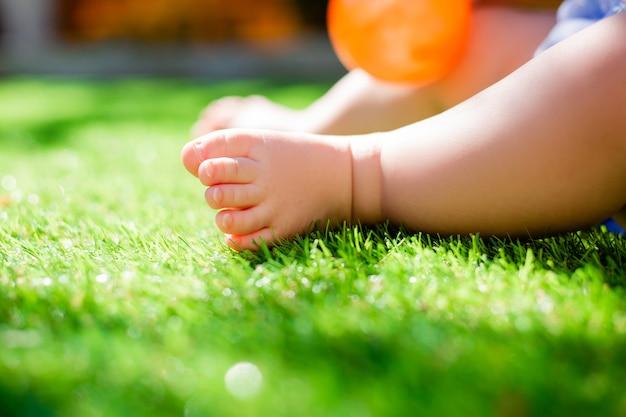 Ноги ребенка в летний день