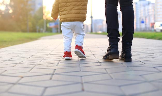 赤ちゃんの最初のステップ。最初の独立したステップ。
