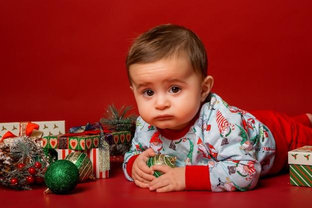 Малыш санта на красном фоне, место для текста