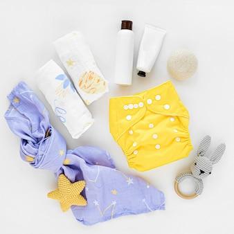 Детский набор из тканевых подгузников, муслинового пеленания и детских вещей. экологичные тканевые подгузники для новорожденных. плоская планировка, вид сверху