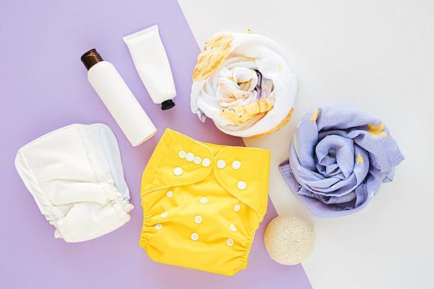 인서트 누워와 모슬린 포대기 담요 및 어린이 물건이 있는 천 기저귀의 아기 세트. 신생아 액세서리 세트입니다. 평평한 평지, 평면도