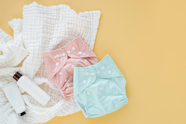 Детский комплект из тканевых подгузников со вставками и муслинового пеленания. набор аксессуаров для новорожденных. плоская планировка, вид сверху