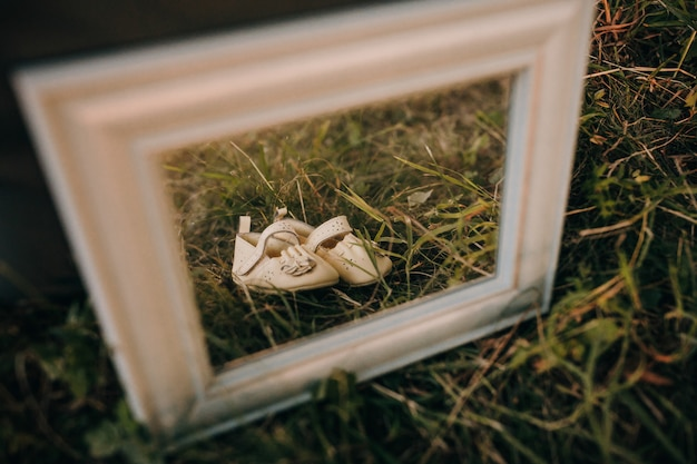 Детская обувь в рамке для фото