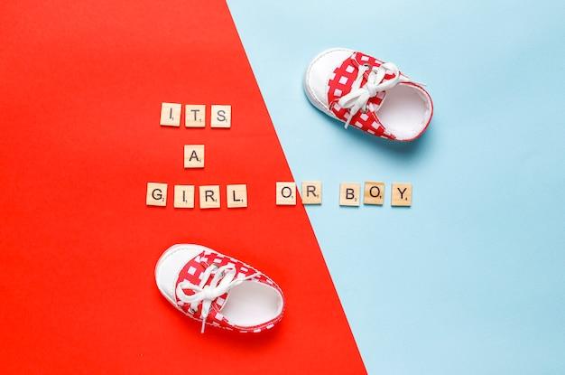 Детская обувь или обувь для малышей с надписью «это девочка» или «это мальчик», вид сверху.