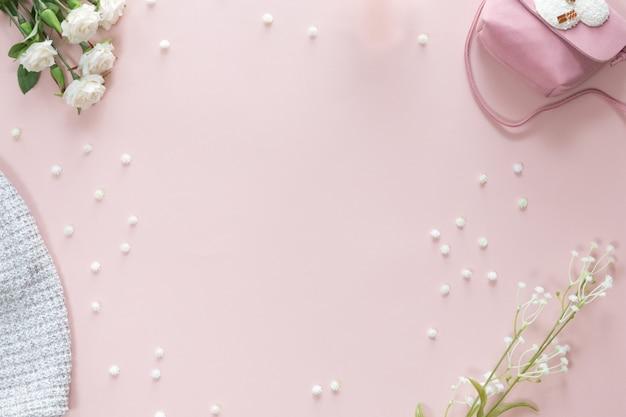 텍스트, 위쪽 보기, 평평한 레이아웃을 위한 복사 공간이 있는 분홍색 배경에 아기 소녀 액세서리가 있는 베이비 샤워 꽃 배경