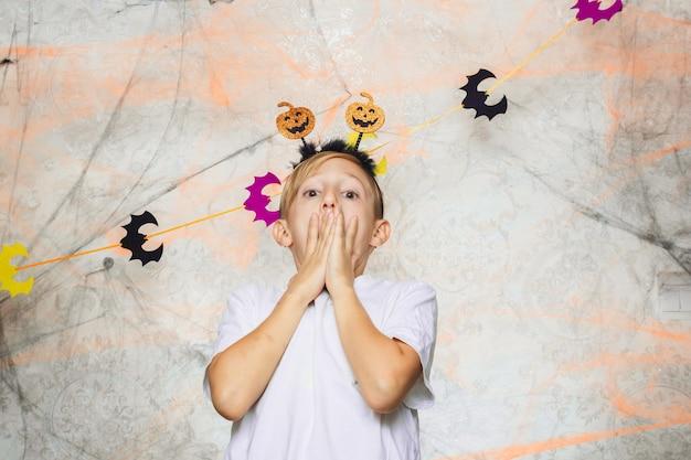 Малыш показывает рожи на камеру на хэллоуин