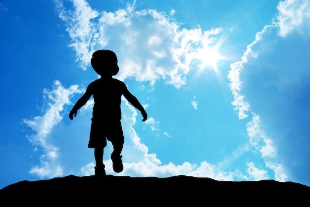 하늘 배경에 아기 실루엣입니다.