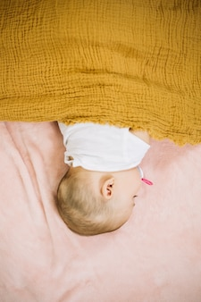 赤ちゃん寝るuner黄色ブランケット