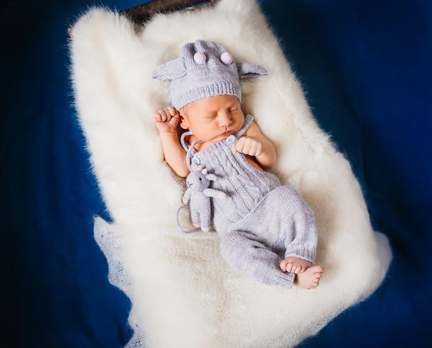 Ребенок спит на пушистой белой подушке