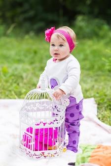 家族と一緒に赤ちゃん笑顔ピクニック遊び心のある週末の自然
