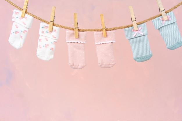 빨랫줄에 아기 양말. 아기 옷 세탁