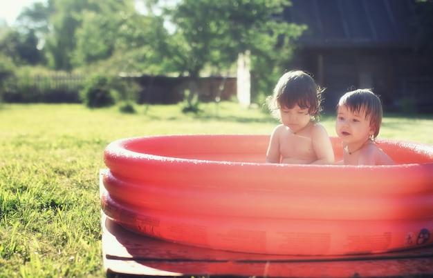 야외 수영장에서 튀는 아기