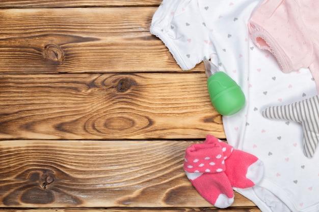 나무 테이블에 아기 물건