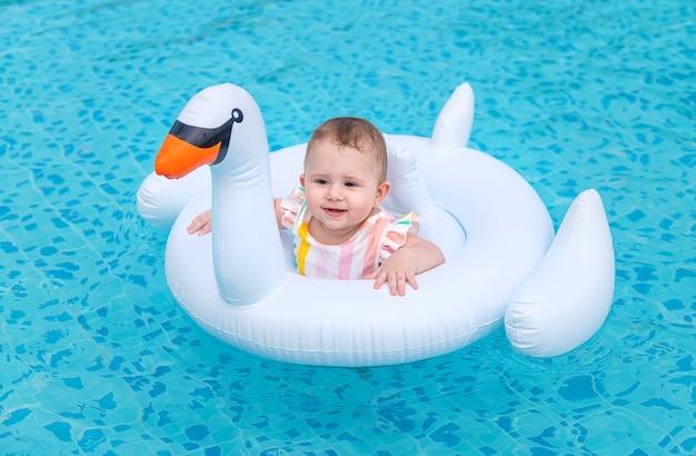 赤ちゃんは海のゴムリングで泳ぐ