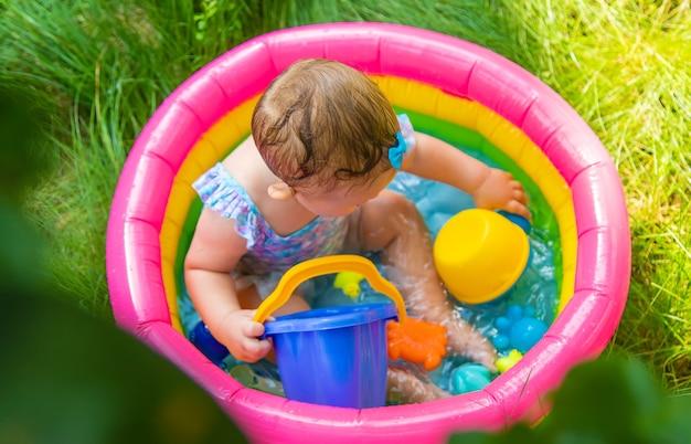 赤ちゃんはプールで泳ぎます。セレクティブフォーカス。子供。