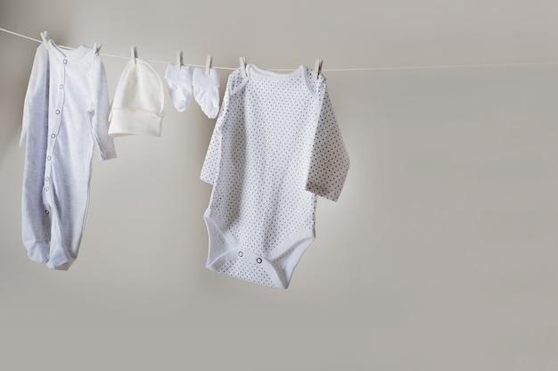 아기 물건은 밧줄 클로즈업에 건조하고 회색 벽 공간에 공간을 복사합니다.