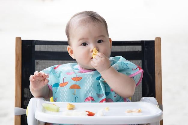 赤ちゃんの指を使って自分を養う