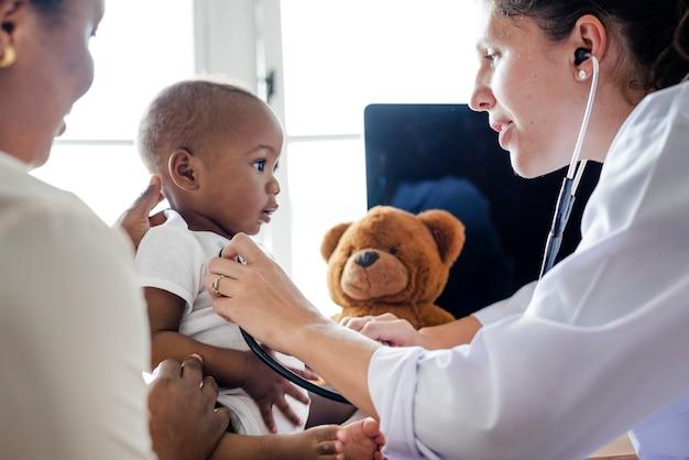 赤ちゃんが健康診断のために医者を訪ねる