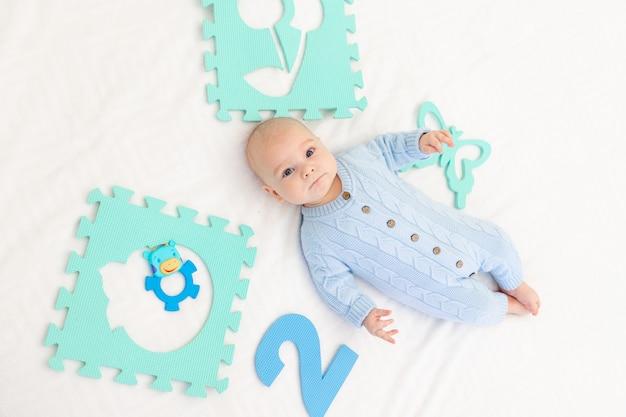 침대에 발달 매트가있는 아기. 아이들을위한 게임. 아기의 활동