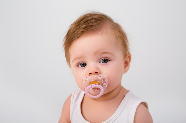 흰색 배경에 그의 입에 젖꼭지와 아기