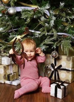 Ребенок с рождественским украшением. с новым годом!