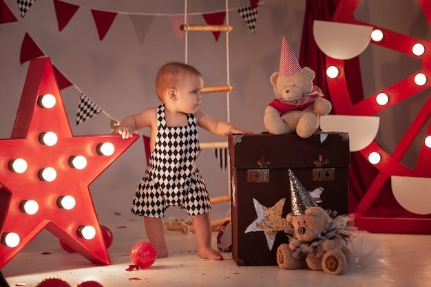 서커스 무대에서 서커스 의상을 입은 아기