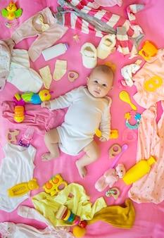 Ребенок с одеждой и аксессуарами.