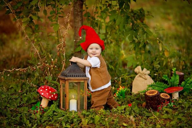 Ребенок с костюмом гнома в лесу