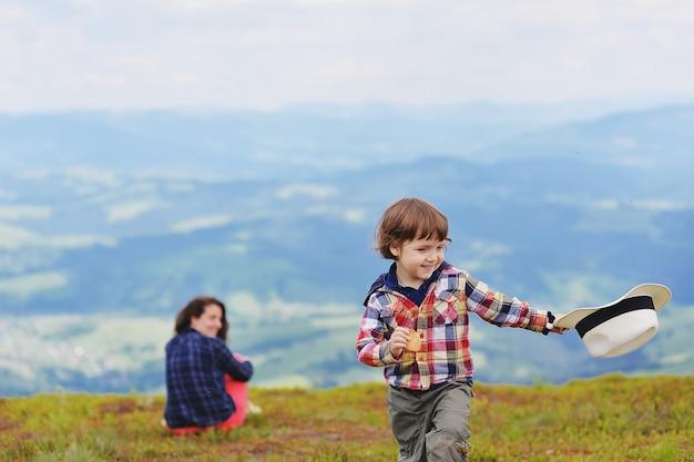夏に山頂で楽しんでいるお母さんと赤ちゃん