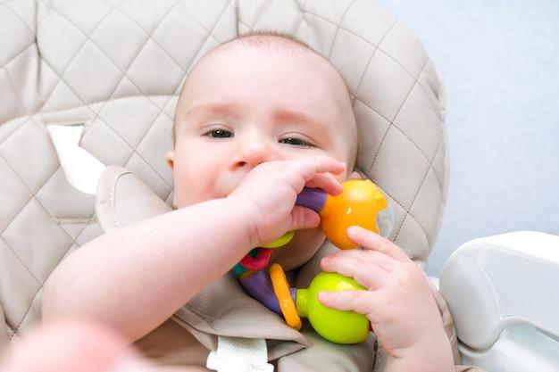 아기의 젖니가 나고 잇몸이 가렵습니다. 아이가 입에 장난감을 물고 있다