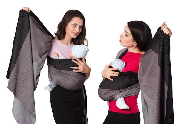 ベビーウェアのインストラクターは、フロントラップクロスキャリー付きの織りラップベビーキャリアの使い方を若い母親に教えます